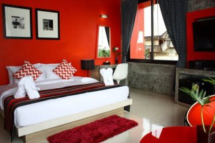 B Ranong hotel red room